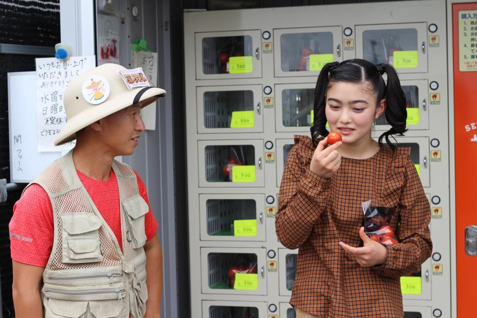 自販機の前で話をする小野とイノサク