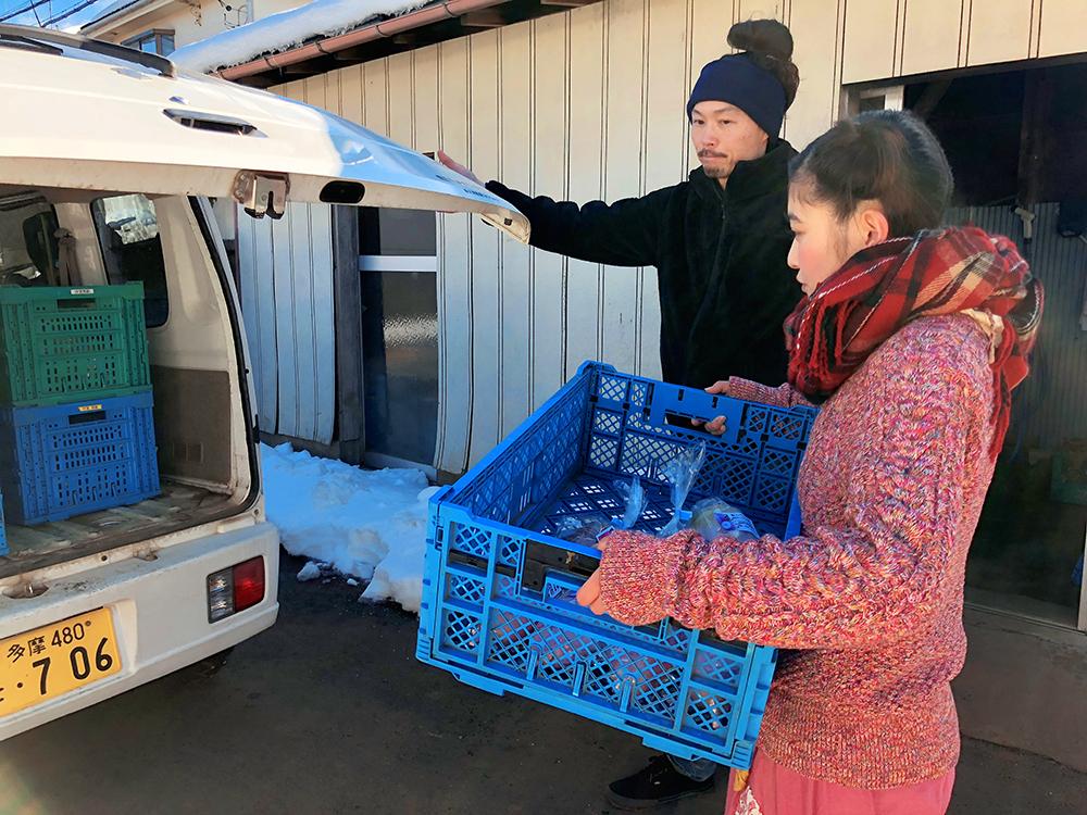 野菜をトラックに積み込むイノサク